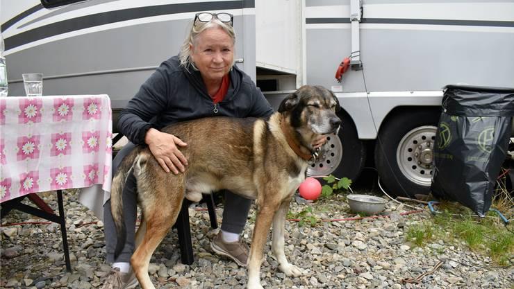 Dank Hund Mischa kann Valentina Pellanda wieder lächeln. Nach dem Tod ihrer Seelöwen zieht sie aber weg aus Wittnau.