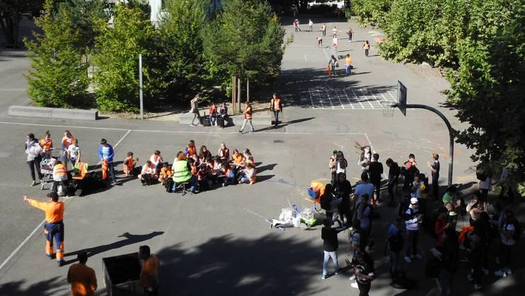 Auf dem Hof vom Schulhaus Schulstrasse versammelten sich alle Kinder nach der Aufräum-Aktion.