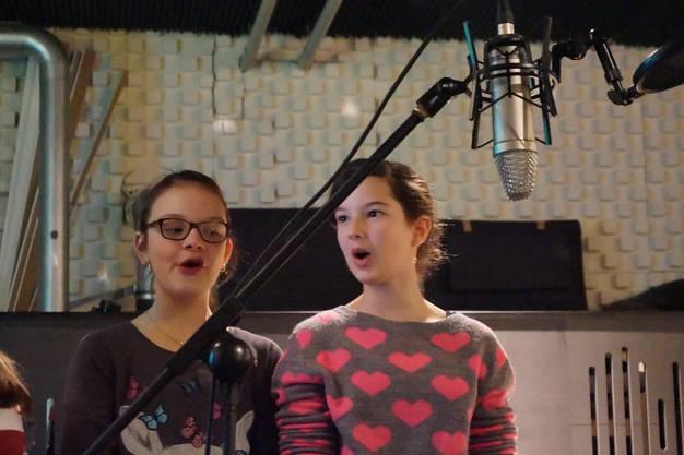 Das Mikrofon nimmt den gesungenen Jingel der Schülerinnen auf