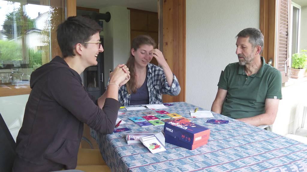 Rollenspiel: Famillie erfindet Kartenspiel