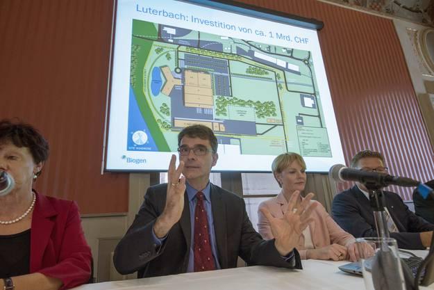 Jörg Thömmen von Biogen informiert über das Ausbauvolumen in Luterbach (links).