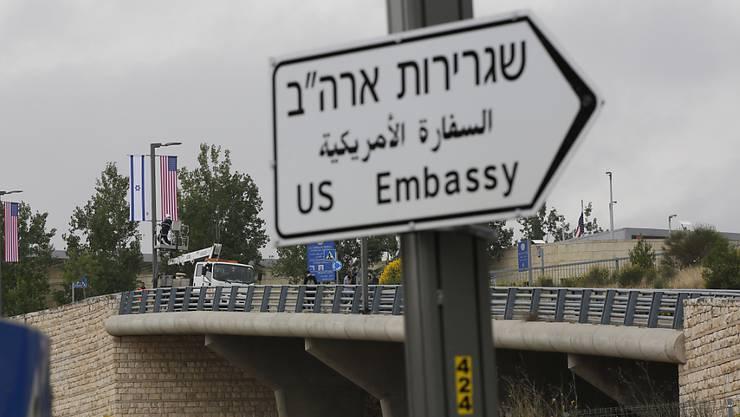 US-Präsident Trump wird nicht an der Einweihung der US-Botschaft in Jerusalem am 14. Mai teilnehmen. Trumps Entscheidung, Jerusalem als israelische Hauptstadt anzuerkennen und die Botschaft von Tel Aviv dorthin zu verlegen, stellt einen scharfen Bruch mit der jahrzehntelangen US-Politik dar.