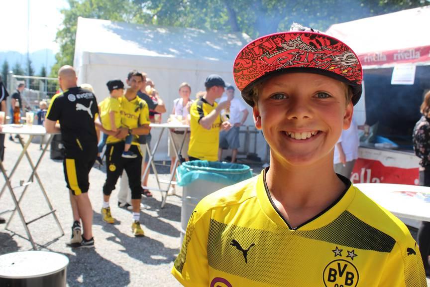 Matteo aus Sulgen, ein riesiger Akanji-Fan, hat sein Idol heute zum ersten Mal gesehen. (Bild: FM1Today/Noémie Bont)