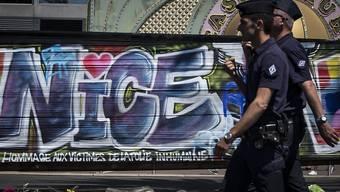 Polizisten patroullieren nach dem Anschlag von Nizza in auf der Promenade des Anglais, dem Tatort. Die Sicherheitsvorkehrungen vor dem Anschlag werden nun untersucht. (Archiv)