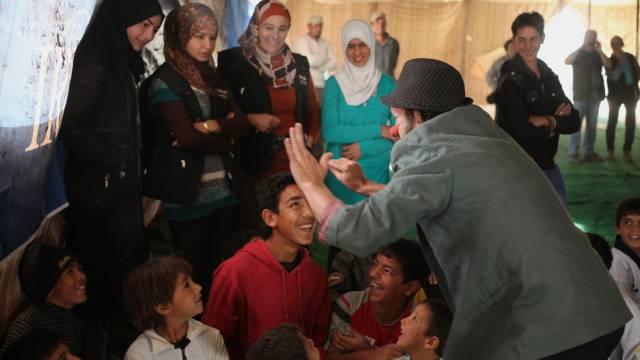 Seltene Abwechslung: Ein Clown bei Flüchtlingskindern in Jordanien