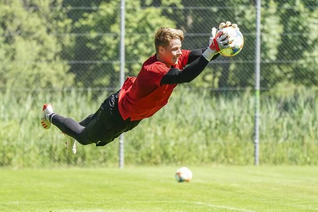 Fliegt Jonas Omlin bald in der Bundesliga für den FC Augsburg durch die Strafräume?