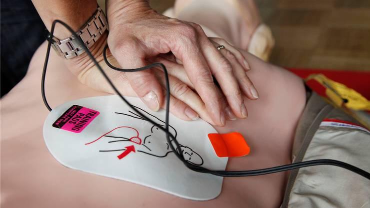 Bei einem Herzstillstand kann der Einsatz eines Defibrillators über Leben und Tod entscheiden. (Symbolbild)