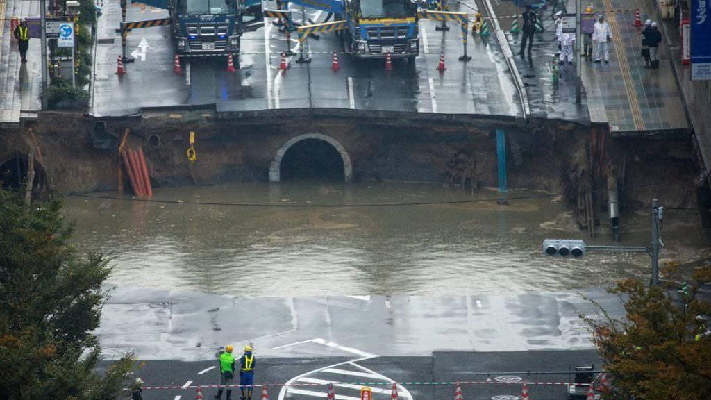 Schlammiges Wasser sickerte aus dem Grund in den Krater, der mindestens 15 Meter tief sein soll.