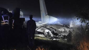 Das Wrack des Militärflugzeugs Antonow AN-26 wird von einer Lampe angestrahlt.