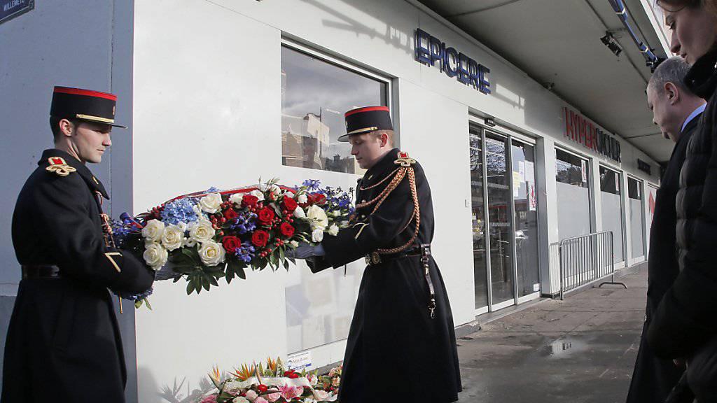 Kranzniederlegung vor dem jüdischen Supermarkt: Die Zeremonien zum Andenken an die Anschläge vor knapp zwei Jahren wurden schlicht gehalten.