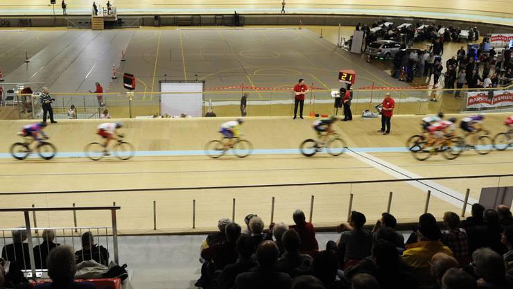 Auf dem Oval erreichen die Radsportler Höchstgeschwindigkeiten.