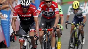 Chris Froome - hier am Hinterrad von Alberto Contador - baut an der Vuelta seine Führung aus.