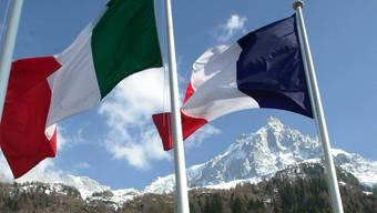 Die italienische und die französische Flagge beim Mont-Blanc-Tunnel (Symbolbild)