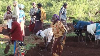 In Vorfreude auf die Regenzeit. Der Damm wird dafür sorgen, dass die Frauen ihre Felder bewässern können. zvg
