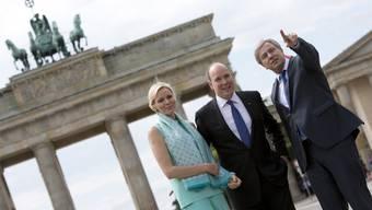 Der Berliner Bürgermeister Klaus Wowereit (l.) zeigt dem Fürstenpaar, Charlène und Albert II. von Monaco, seine Stadt