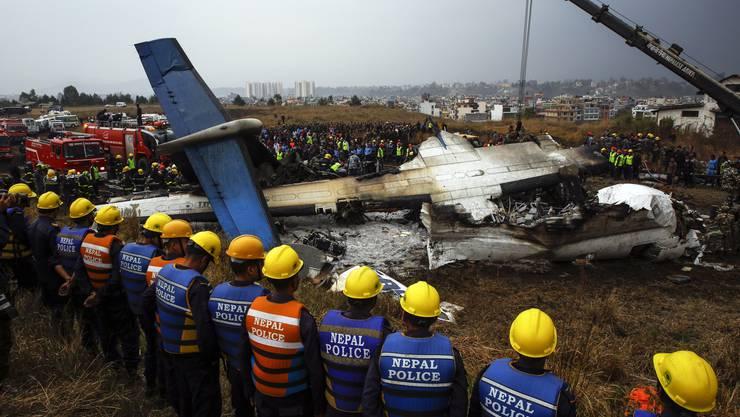 In Nepal stürzte ein Flugzeug auf den Flugplatz der Hauptstadt Kathmandu.