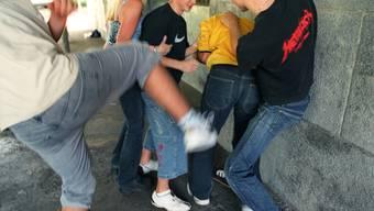 Eine Gruppe hat mehrere Discobesucher angegriffen, auf sie einschlugen und leicht verletzten. Dabei war auch ein Messer im Spiel. (Symbolbild).