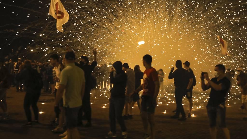 Die Polizei setzt bei einem Protest Rauchgranaten gegen Demonstranten ein. Foto: Uncredited/AP/dpa