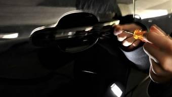 In den meisten Fällen wurde eine Seitenscheibe eingeschlagen und Wertgegenstände aus dem Auto entwendet. (Symbolbild).