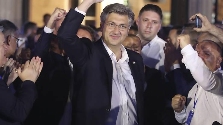 dpatopbilder - Andrej Plenkovic, Ministerpräsident von Kroatien, feiert in Zagreb mit seinen Parteimitgliedern. Foto: AP/dpa