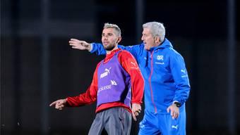 Gehen getrennte Wege: Nationalcoach Vladimir Petkovic hat seinen verlängerten Arm Valon Behrami ausgemustert.