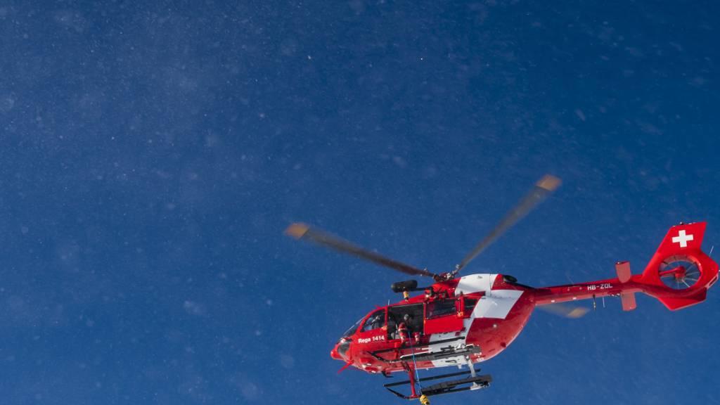 Die Rega flog den verletzten Töfffahrer in eine ausserkantonales Spital. (Archivbild)