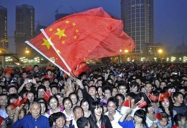 Fast nur fröhliche Gesichter: Chinesen verfolgen die Feierlichkeiten.
