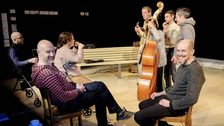 Matthias Grupp (vorne links) und Jens Nielsen (vorne rechts) proben mit dem Ensemble im Basler Vorstadttheater.