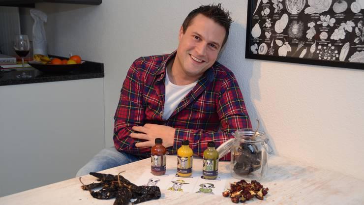 Marco Züger in seiner Küche mit seinem eigenen Hot Sauce-Trio.