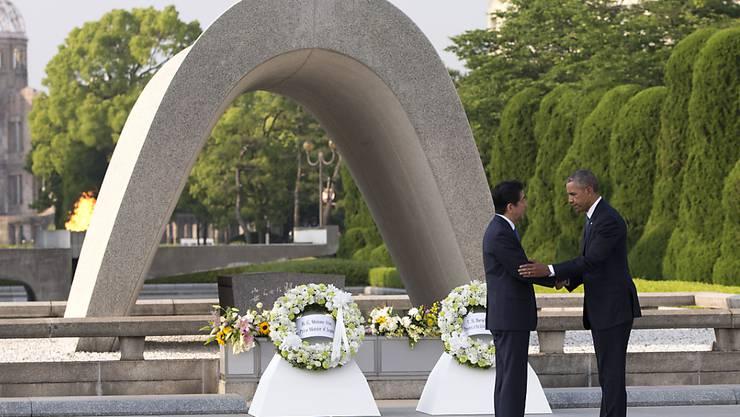 Noch nie zuvor hatte ein US-Präsident die japanische Stadt Hiroshima besucht. Am Freitag legte Barack Obama einen Kranz im Andenken an die Opfer der Atombombe von 1945 nieder. An seiner Seite der japanische Premierminister Shinzo Abe.