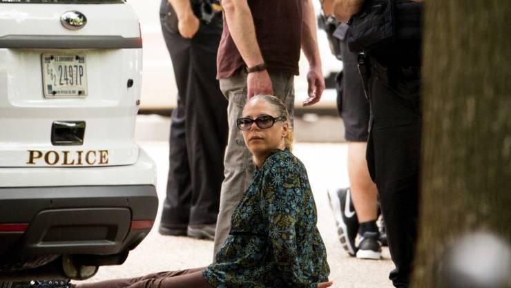 Polizisten nehmen eine Frau fest unweit des Weissen Hauses, nachdem dort ein Metallobjekt für Aufregung gesorgt hatte.