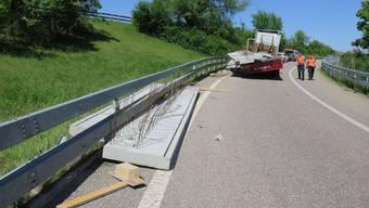 Bei der Ausfahrt August BL verlor ein Sattelschlepper in vier Tonnen schweres Betonelement.