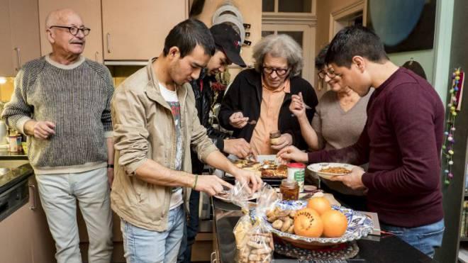 Ruedi Tobler, Andreas Hess und Loretta von Oord nahmen Shawali, Farooq und Hadi bei sich auf, die als Flüchtlinge in die Schweiz kamen. Foto: Kenneth Nars