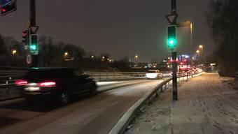 Verschneite Strassen sorgen seit heute Morgen für Verkehrschaos.