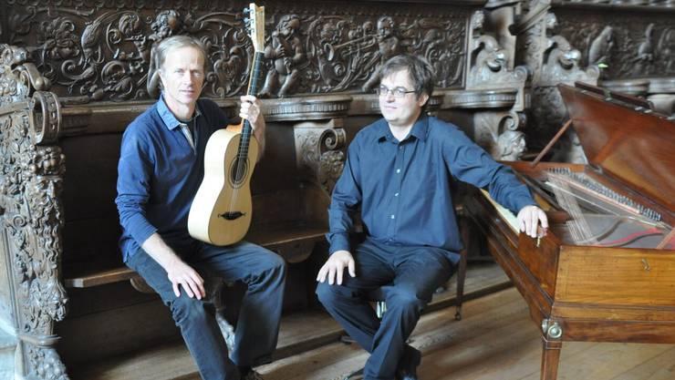 Stefan Müller mit einem Tafelklavier und Martin Pirktl an der Gitarre.