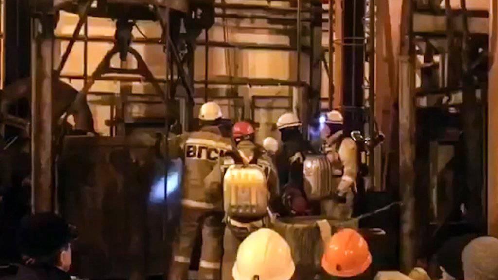Russische Rettungskräfte vor einem Lift zum Zugang des Bergwerks bei Solikamsk.