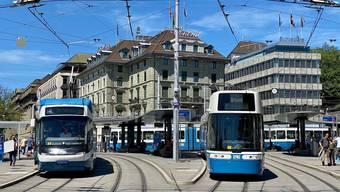 Drei Zürcher Tramgenerationen: Das neue Flexity-Tram (rechts), das Cobra-Tram (links) und das Tram 2000 (hinten).