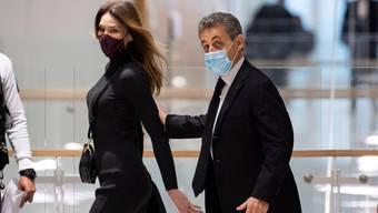 Nicolas Sarkozy verlässt das Gericht zusammen mit seiner Ehefrau Carla Bruni. Dem ehemaligen Präsidenten Frankreichs drohen zwei Jahre Gefängnis.