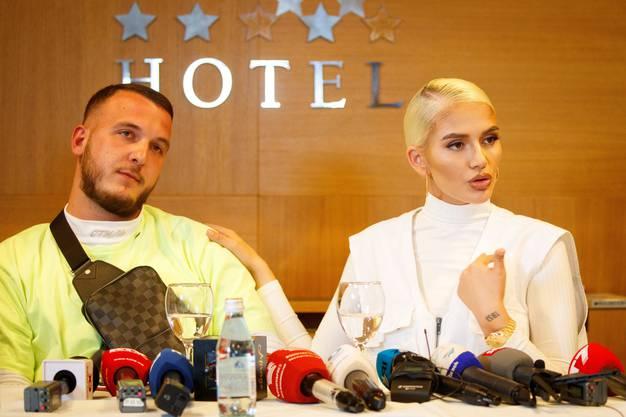 Auch ihr Ehemann ist bei der Pressekonferenz dabei: Ihr Ehemann Gramoz Aliu, der selbst auch Rapper ist und sich Mozzik nennt.