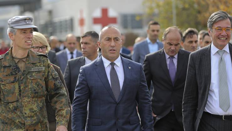 Der zurückgetretene kosovarische Regierungschef Ramush Haradinaj (Mitte), hier bei einem Besuch der deutschen KFOR-Militärbasis in Prizren. (Archivbild)