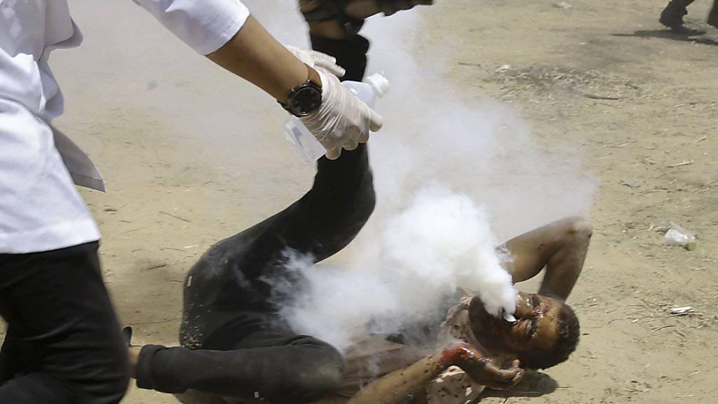 Anhaltende Gewalt in Nahost: Ein verletzter Palästinenser nach dem Beschuss durch einen Tränengas-Behälter durch die israelische Armee im Gazastreifen am Freitag.