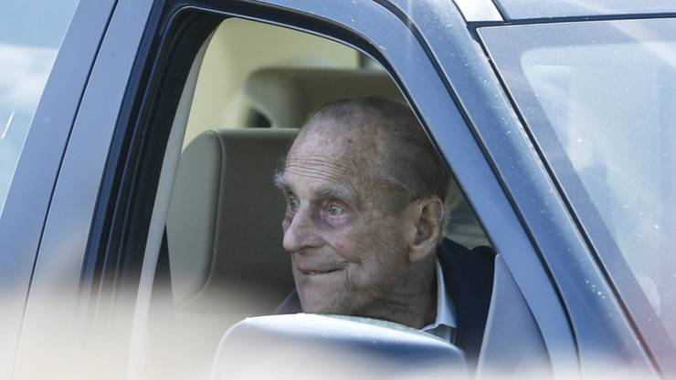 Sass zwei Tage nach einem Verkehrsunfall wieder am Steuer - ohne Gurt: der britische Prinz Philip (97). (Archivbild)
