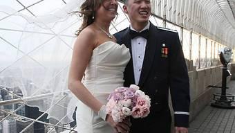 Ein frischvermähltes Paar auf dem Empire State Building