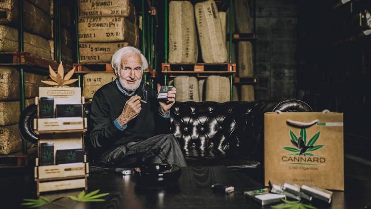 Heinrich Villiger mit dem neuen Produkt