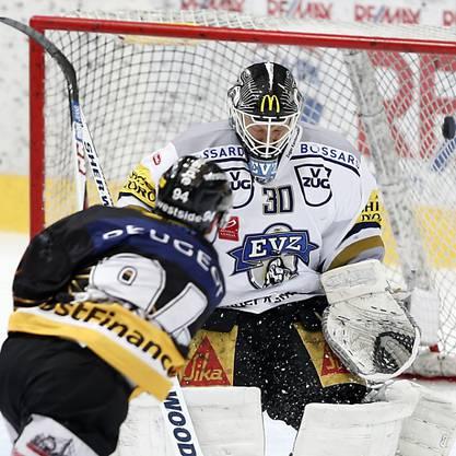 Christoph Bertschy erzielt das 1:1 gegen Zugs Goalie Markkanen