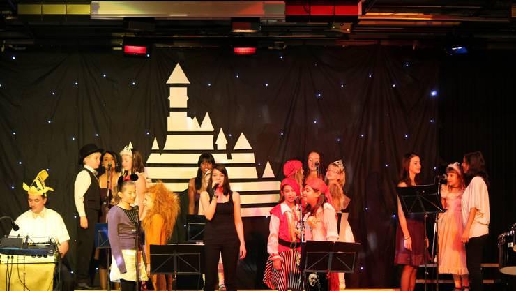 Vor dem Disneyschloss zeigten die Singing Kids ihre Talente