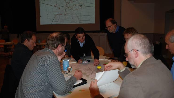 Pläne intensiv diskutiert: Gemeinderat Matthias Jauslin (Mitte) und seine Gruppe verteilen Plus- und Minuspunkte. (fh)
