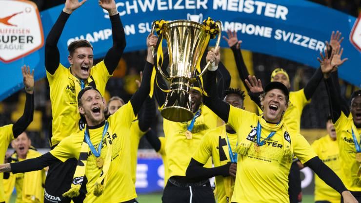 Fabian Lustenberger (links) und Goalie Marco Wölfli halten den Meisterpokal in den Händen