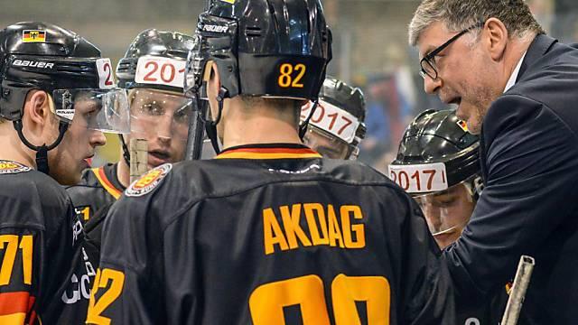 Deutschlands Headcoach Pat Cortina (rechts) spricht Klartext