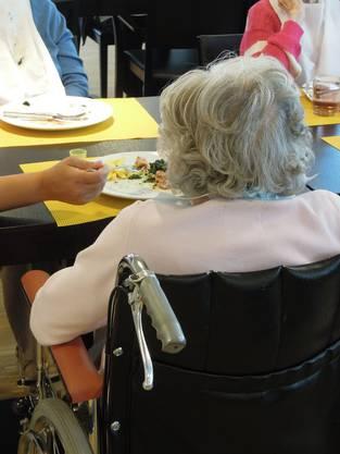Die Pflegenden helfen den Bewohnern wenn nötig beim Essen